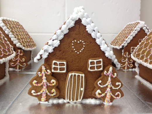 nila-holden-large-gingerbread-houses2