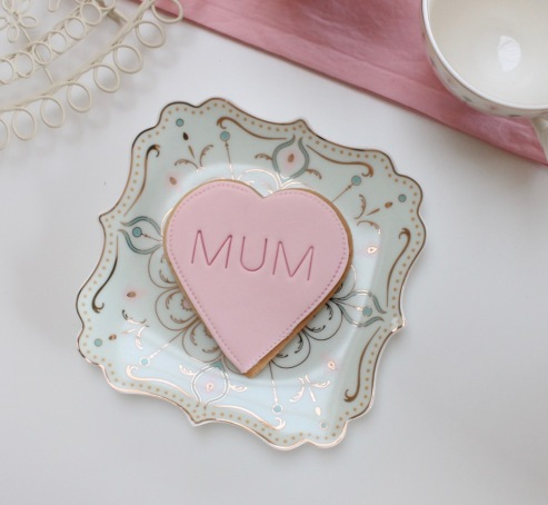 nila_holden-mothers_day_gift_biscuits_large_loveheart_mum_text