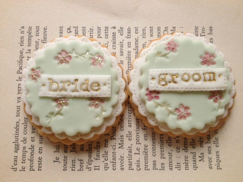 nila holden floral wedding favour cookies